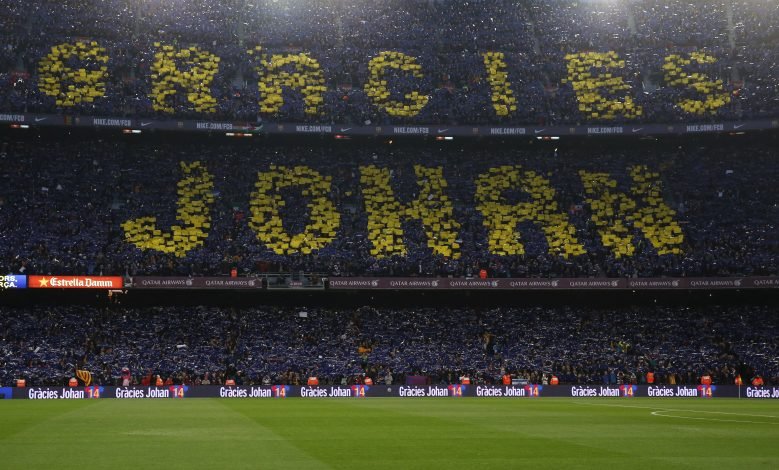 Football Soccer - FC Barcelona v Real Madrid - La Liga - Camp Nou, Barcelona - 2/4/16 Barcelona fans display a message in tribute to Johan Cruyff before the match Reuters / Juan Medina Livepic EDITORIAL USE ONLY. - RTSDAH6