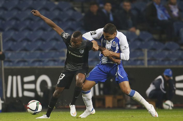 Porto's Carlos Casemiro (R) fights for the ball with Guimaraes' Bernard Mensah during their Portuguese premier league soccer match at Dragao stadium in Porto February 13, 2015. REUTERS/Rafael Marchante (PORTUGAL - Tags: SPORT SOCCER) - RTR4PIX9
