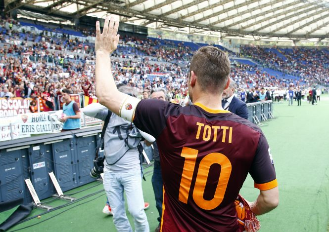 Football Soccer - AS Roma v Chievo Verona - Italian Serie A - Olympic Stadium, Rome, Italy - 08/05/16 AS Roma's Francesco Totti celebrates at the end of the match. REUTERS/Tony Gentile - RTX2DCAW