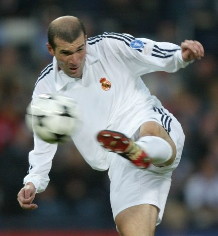 Real Madrid's Zinedine Zidane scores against Bayer Leverkusen in the Champions League final at Hampden Park stadium in Glasgow, May 15, 2002. REUTERS/Kai Pfaffenbach ASA - RTRVHKL