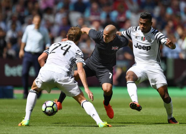 Football Soccer Britain - West Ham United v Juventus - Pre Season Friendly - London Stadium - 7/8/16 West Ham's Sofiane Feghouli in action with Juventus' Daniele Rugani and Alex Sandro  Action Images via Reuters / Tony O'Brien Livepic EDITORIAL USE ONLY. - RTSLJSL