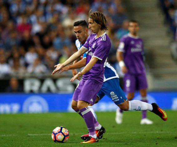 Football Soccer - Espanyol v Real Madrid - Spanish La Liga Santander - RCDE stadium, Cornella - El Prat, Spain - 18/09/16 Real Madrid's Luka Modric and Espanyol's Alvaro Vazquez in action. REUTERS/Albert Gea - RTSOBC2