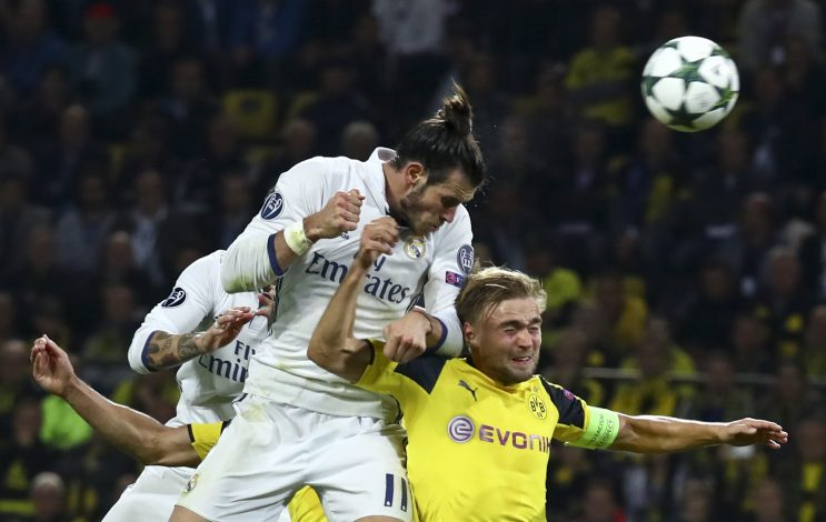 Football Soccer - Borussia Dortmund v Real Madrid - UEFA Champions League group stage - Group F - Signal Iduna Park stadium, Dortmund, Germany - 27/09/16 - Dortmund's Marcel Schmelzer and Real Madrid's Gareth Bale in action REUTERS/Kai Pfaffenbach - RTSPQOP