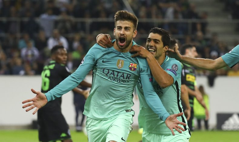 Football Soccer - Borussia Moenchengladbach v FC Barcelona - UEFA Champions League group stage - Group C - Borussia Park stadium, Moenchengladbach, Germany - 28/09/16 - Barcelona's Gerard Pique and Luis Suarez react after scoring a goal REUTERS/Kai Pfaffenbach - RTSPX7G