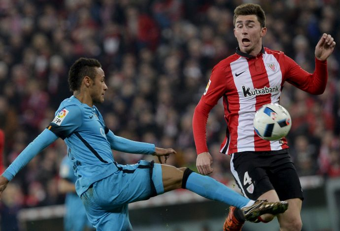 Football Soccer - Athletic Bilbao v Barcelona - Spain King's Cup- San Mames stadium, Bilbao, Spain - 20/01/16 Athletic Bilbao's Aymeric Laporte (R) and Barcelona's Neymar da Silva in action. REUTERS/Vincent West - RTX23AEL
