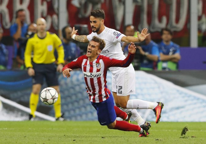 Soccer Football - Atletico Madrid v Real Madrid - UEFA Champions League Final - San Siro Stadium, Milan, Italy - 28/5/16 Real Madrid's Isco in action with Atletico Madrid's Antoine Griezmann Reuters / Stefan Wermuth Livepic EDITORIAL USE ONLY. - RTX2EN1I