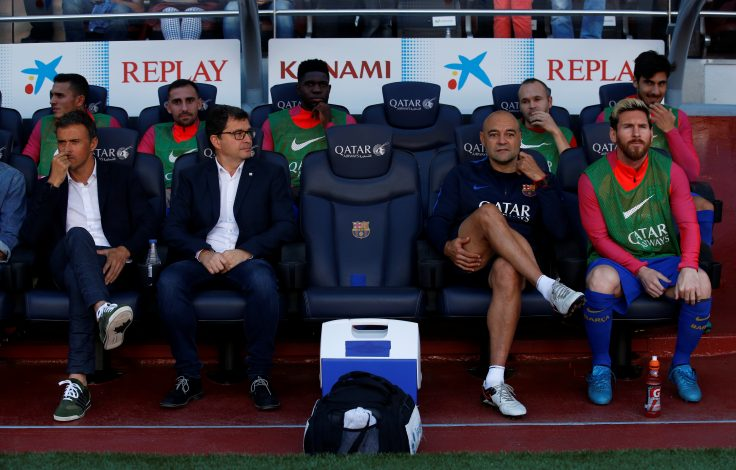 Football Soccer - Barcelona v Deportivo Coruna - Spanish La Liga Santander - Camp Nou stadium, Barcelona, Spain - 15/10/16. Barcelona's coach Luis Enrique and Lionel Messi sit on the bench. REUTERS/Albert Gea - RTX2OYOL
