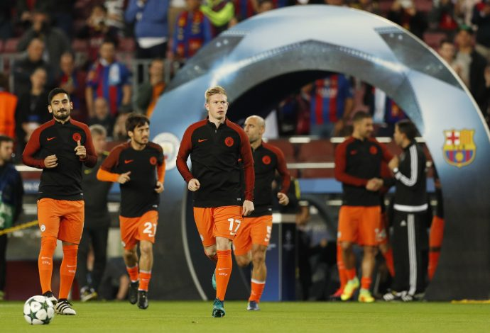 Football Soccer - FC Barcelona v Manchester City - UEFA Champions League Group Stage - Group C - The Nou Camp, Barcelona, Spain - 19/10/16 Manchester City's Kevin De Bruyne and Ilkay Gundogan warm up before the match Action Images via Reuters / John Sibley Livepic EDITORIAL USE ONLY. - RTX2PK0L