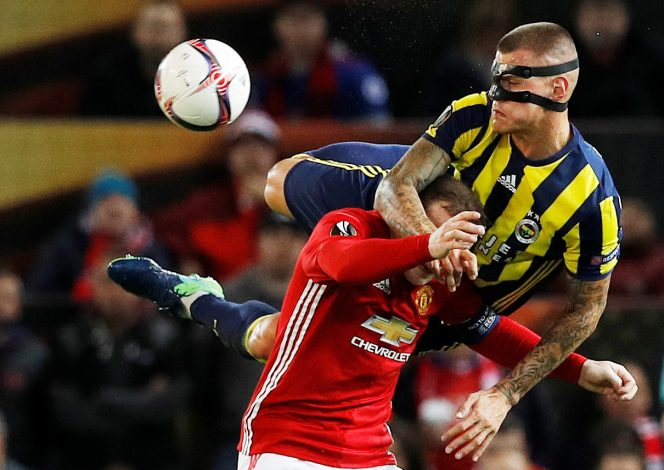 Britain Football Soccer - Manchester United v Fenerbahce SK - UEFA Europa League Group Stage - Group A - Old Trafford, Manchester, England - 20/10/16Fenerbahce's Martin Skrtel in action with Manchester United's Wayne RooneyReuters / Phil NobleLivepicEDITORIAL USE ONLY. TPX IMAGES OF THE DAY - RTX2PS6R
