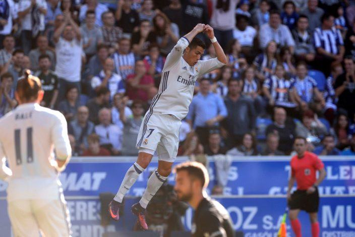 Football Soccer - Alaves v Real Madrid - Spanish Liga BBVA - Mendizorroza, Vitoria, Spain - 29/10/16 Real Madrid's Cristiano Ronaldo reacts after scoring alongside Deportivo Alaves goalkeeper Pacheco. REUTERS/Vincent West - RTX2QYR1