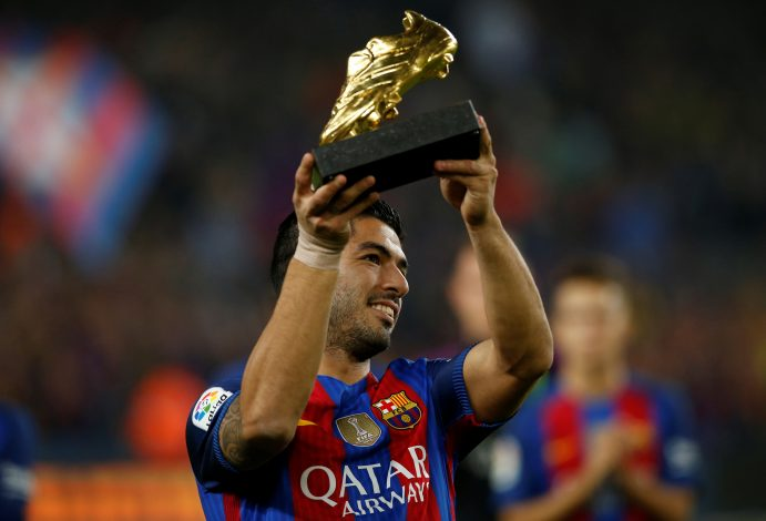 Football Soccer - Barcelona v Granada - Spanish La Liga Santander - Camp Nou stadium, Barcelona, Spain - 29/10/16. Barcelona's Luis Suarez shows the Golden Boot trophy to the crowd. REUTERS/Albert Gea - RTX2QZV8