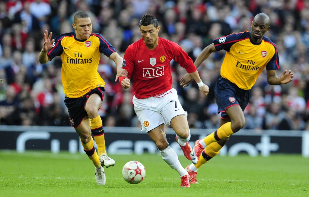 Manchester United's Cristiano Ronaldo (C) is challenged by Arsenal's Kieran Gibbs (L) and Abou Diaby (R) during their Champions League semi-final, first leg soccer match in Manchester, northern England, April 29, 2009. REUTERS/Nigel Roddis (BRITAIN SPORT SOCCER)   BEST QUALITY AVAILABLE - RTXEJJT