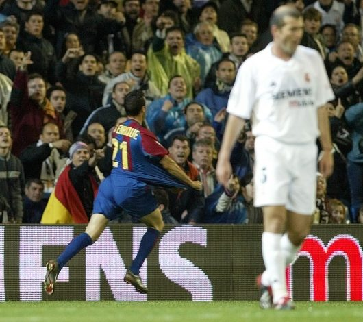 REAL MADRID'S ZIDANE WALKS AWAY AS BARCELONA'S SCORER LUIS ENRIQUE CELEBRATES HIS GOAL DURING THEIR FIRST DIVISION SOCCER MATCH. - RTR136UT