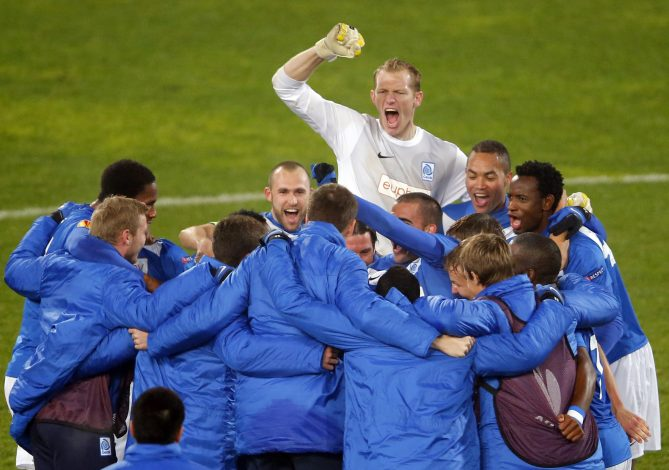 KRC Genk's players celebrate their victory against FC Videoton during their Europa League Group G soccer match in Szekesfehervar, 60km west of Budapest November 22, 2012. REUTERS/Laszlo Balogh (HUNGARY - Tags: SPORT SOCCER) - RTR3AR3Y
