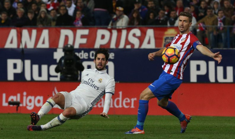 Soccer Football - Atletico Madrid v Real Madrid - La Liga - Vicente Calderon, Madrid, Spain - 19/11/16 Real Madrid's Isco in action with Atletico Madrid's Gabi Reuters / Sergio Perez Livepic EDITORIAL USE ONLY. - RTSSFF2