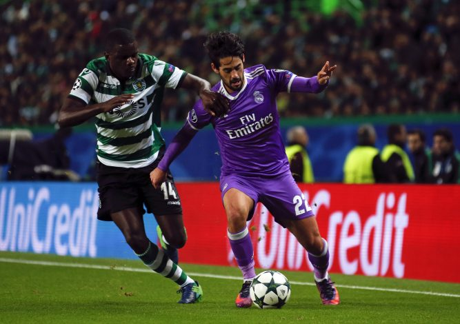 "Football Soccer - Sporting Portugal v Real Madrid - UEFA Champions League group stage Group F - Jose Alvalade stadium, Lisbon, Portugal - 22/11/16 Sporting's William and Real Madrid's Francisco ""Isco"" Alarcon in action. REUTERS/Rafael Marchante - RTSSUQK"