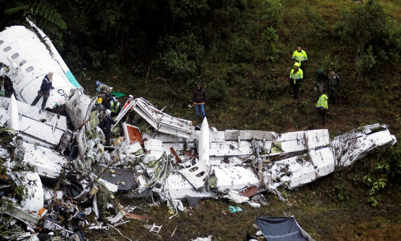 Rescue crew work in the wreckage from a plane that crashed into Colombian jungle with Brazilian soccer team Chapecoense near Medellin, Colombia, November 29, 2016. REUTERS/Fredy Builes - RTSTU58