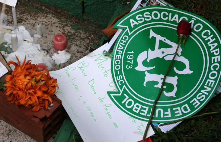 Flowers and messages are seen next to a Chapecoense soccer team flag in tribute to their players in front of the Arena Conda stadium in Chapeco, Brazil, November 29, 2016. REUTERS/Paulo Whitaker - RTSTVGU