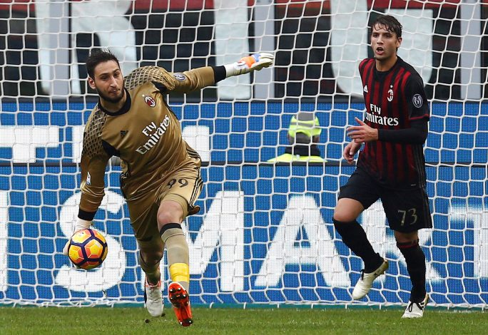 Football Soccer - AC Milan v Pescara - Italian Serie A - San Siro stadium, Milan, Italy- 30/10/16 - AC Milan's goalkeeper Gianluigi Donnarumma holds the ball as his teammate Manuel Locatelli looks on. REUTERS/Alessandro Garofalo - RTX2R2KJ