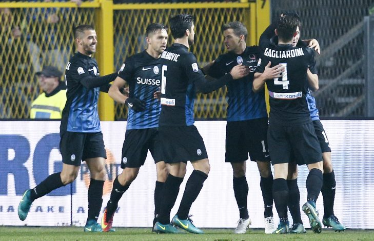 Football Soccer - Atalanta v AS Roma - Italian Serie A - Atleti Azzurri d'Italia stadium, Bergamo, Italy - 20/11/16 - Atalanta's Mattia Caldara celebrates with teammates after scoring against AS Roma. REUTERS/Alessandro Garofalo - RTSSHON