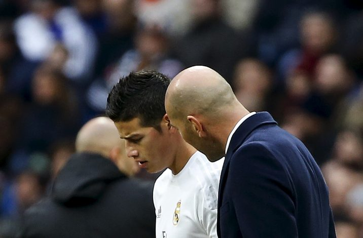 Zinedine Zidane talks to James Rodriguez