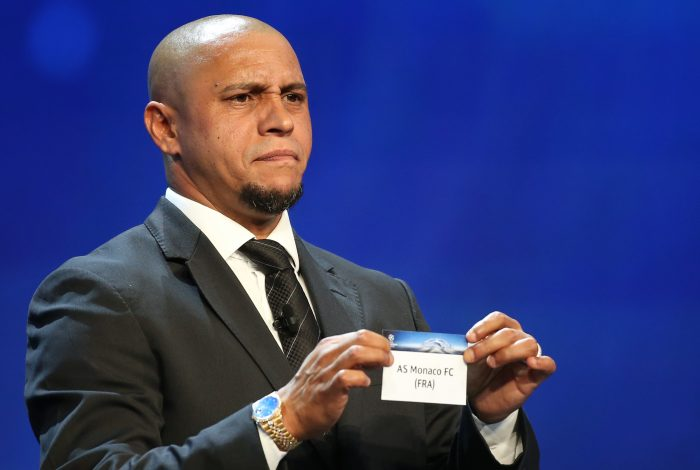 Former Brazilian soccer player Roberto Carlos holds a paper with the name of AS Monaco FC during the draw ceremony for the 2016/2017 Champions League Cup soccer competition at Monaco's Grimaldi Forum in Monaco, August 25, 2016. REUTERS/Eric Gaillard - RTX2N23S