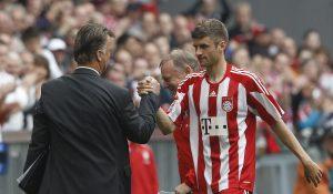 Louis van Gaal congratulates Thomas Mueller (R).