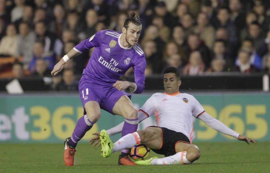 Real Madrid's Gareth Bale (L) and Valencia's Joao Cancelo in action.
