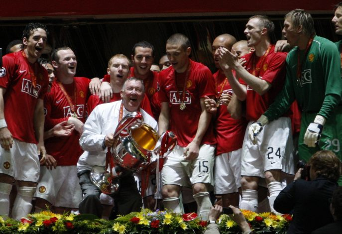 Manchester United manager sir Alex Ferguson (C) holds the trophy.