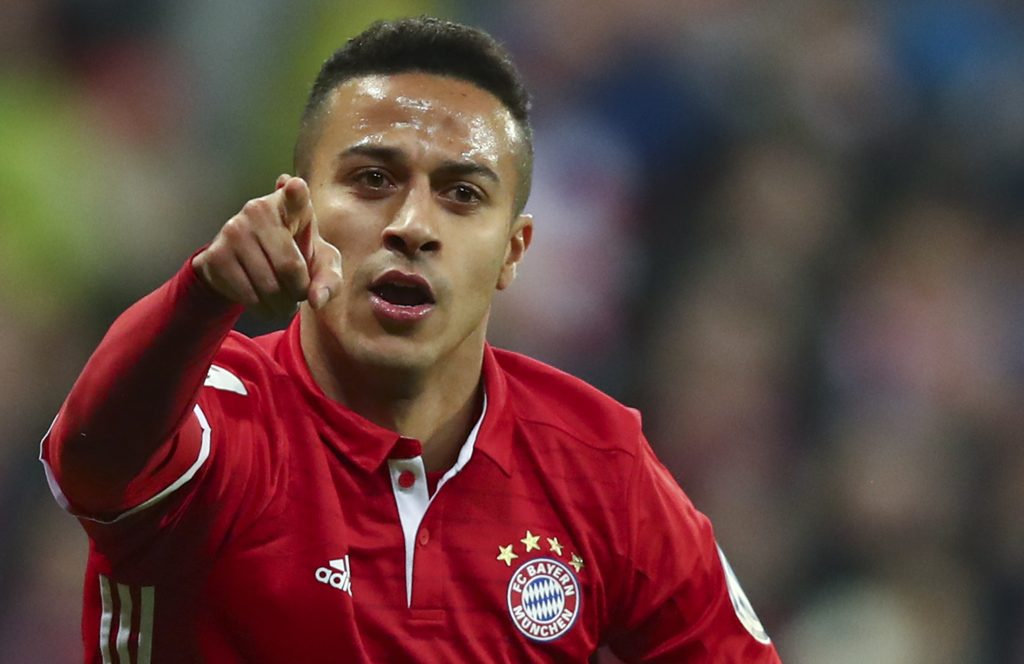 Bayern Munich's Thiago celebrates his goal against Schalke 04 with Franck Ribery (L).