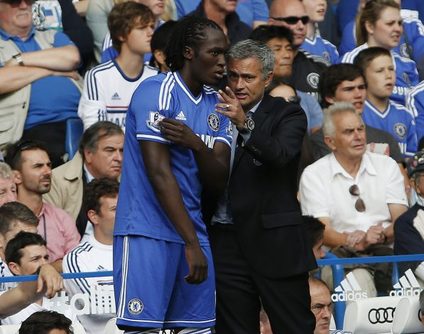 Chelsea manager Jose Mourinho (R) talks to Romelu Lukaku.