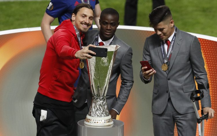 Manchester United's Zlatan Ibrahimovic takes a selfie with Eric Bailly and the tophy.