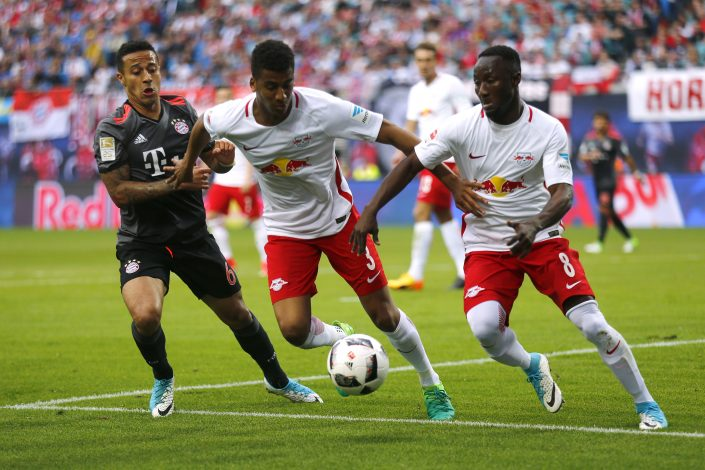 RB Leipzig's Naby Keita in action with RB Leipzig's Bernardo and Bayern Munich's Thiago Alcanatara.