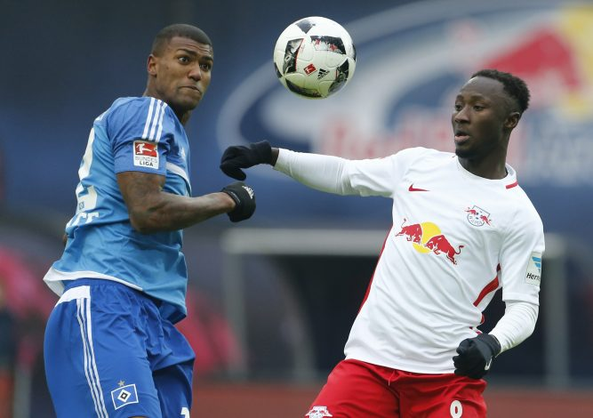 Leipzig's Naby Deco Keita in action with Hamburgs's Walace.