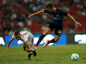 Bayern Munich's Rafinha challenges Inter Milan's Ivan Perisic.