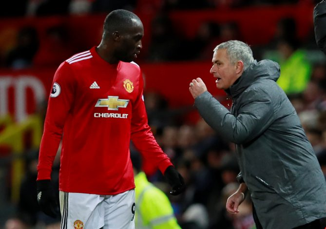 Jose Mourinho speaks with Romelu Lukaku.
