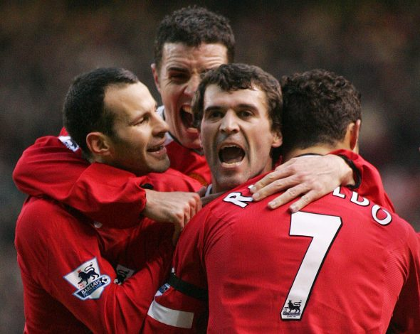Roy Keane celebrates scoring with Ryan Giggs (L), John O'Shea (2nd L) and Cristiano Ronaldo (R) in their Premier League soccer match.