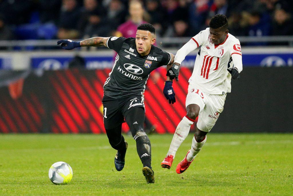 Soccer Football - Ligue 1 - Olympique Lyonnais vs Lille - Groupama Stadium, Lyon, France - November 29, 2017   Lyon's Memphis Depay in action with Lille's Edgar Ie      REUTERS/Robert Pratta - RC175A7B63B0