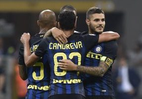 Football Soccer - Inter Milan v Juventus - Serie A - San Siro, Milan, Italy - 18/9/16 Inter Milan's Mauro Icardi celebrates after the game with team mates Reuters / Giorgio Perottino Livepic EDITORIAL USE ONLY. - RTSOB4Z
